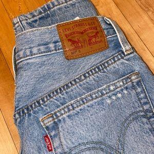 Light wash Levi 501 jeans!